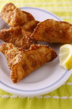 インド料理「サモサ」を餃子の皮で手軽にアレンジ。カレー味のほくほくじゃがいもを包みます。