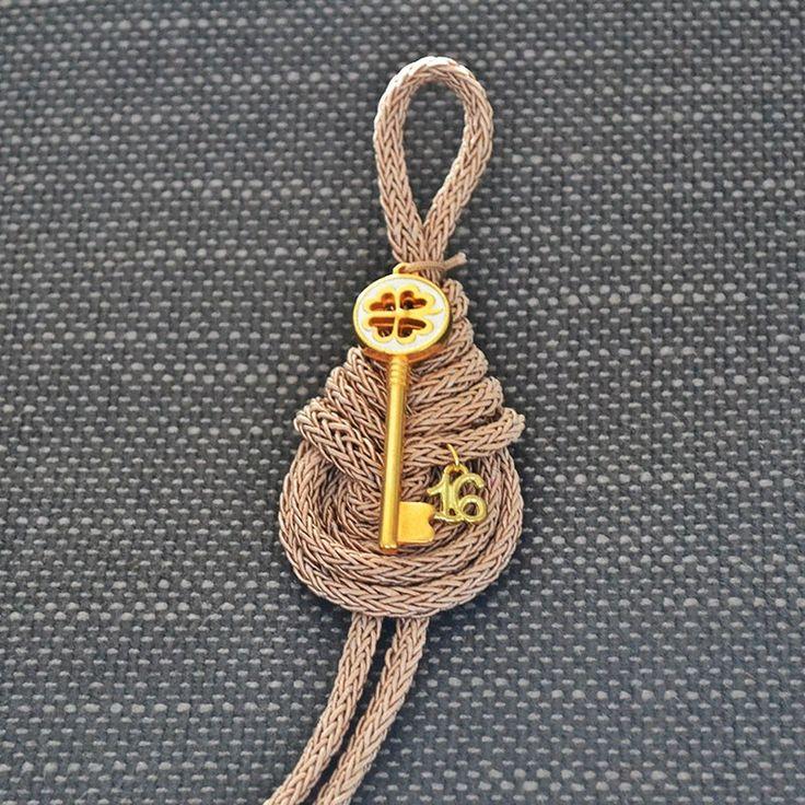 Για να ξεκλειδώσετε την τύχη σας ή την καρδιά όποιου αγαπάτε, αυτό το κλειδί είναι το κατάλληλο. Δύο γούρια σε ένα, ένα κλειδί και ένα τετράφυλλο τριφύλλι σε ένα κορδόνι ιβουάρ-σωμόν.