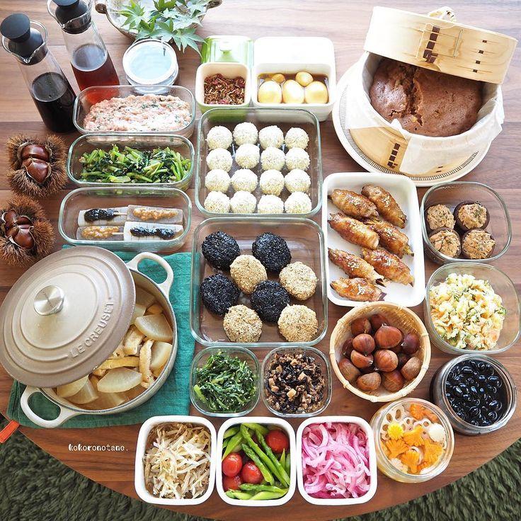 ❁.*⋆✧°.*⋆✧❁ 今週の作り置きおかずあれこれ◡̈ ・ 日々のお弁当2人分&私のお昼用。 今日まで🏫代休だったので明日からの分です。 (酢の物と冷凍物以外は2〜3日で食べ切りです) ・ お品書き 1.さつま芋の肉巻き・照り焼き山椒 2.豆腐のごまバーグ 3.かぼちゃコロッケ(下拵え・冷凍保存用) 4.豆腐のつくね種(冷凍保存用) 5.しいたけのツナマヨ焼き 6.蒸し栗 7.味噌田楽(黒ごま味噌・麹味噌) 8.ひじき肉味噌 9.油揚げと大根の煮物 10.黒豆のあっさり煮  11.味玉(カレーソース) 12.ポテトサラダ 13.小松菜の醤油麹おかか和え 14.春菊のピーナッツクリーム和え 15.ミョウガともやしの甘酢味噌和え 16.トマトとアスパラのだし浸し 17.赤玉ねぎのマリネ 18.れんこんと人参と大根の甘酢漬け(柚子風味) 19.チョコバナナ蒸しパン 20.自家製 醤油麹 21.自家製 麺つゆ 22.自家製 白だし 23.自家製 ふりかけ(じゃこ・梅) ・ 5.8.12.14.17.18.21.22.は 📗著書「のほほん曲げわっぱ弁当」にレシピ掲載 しています 。…