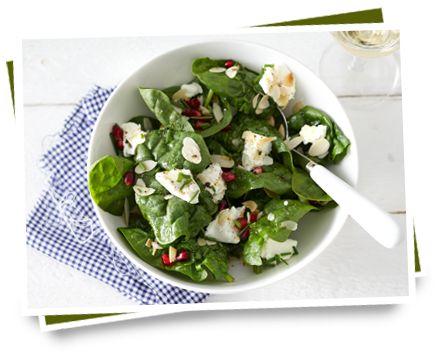 Salade geitenkaas met rauwe spinazie, granaatappel en amandelen | Lees meer op: http://www.kaas.nl/recepten/salade-geitenkaas-met-rauwe-spinazie