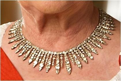 La Ville de London Collier Fringe Cet impressionnant collier de diamants de frange a été donné à la princesse Elizabeth par la ville de Londres (techniquement, le Lord Maire de Londres et la Cour d'Alderman, le gouverneur de la Banque d'Angleterre, le président de la Bourse, le président de Lloyds, le Président du Baltic Exchange et le Comité des banques de compensation de Londres, selon la Royal Collection) comme un cadeau de mariage en 1947.  La frange sur l'affichage avec les cadeaux de…