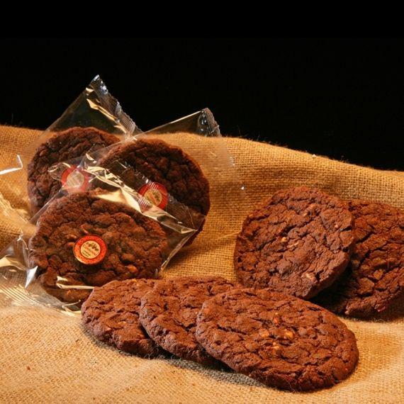 Ciastko czekoladowe z orzechami Nasycone czekoladą ciastko z dodatkiem orzechów ziemnych.