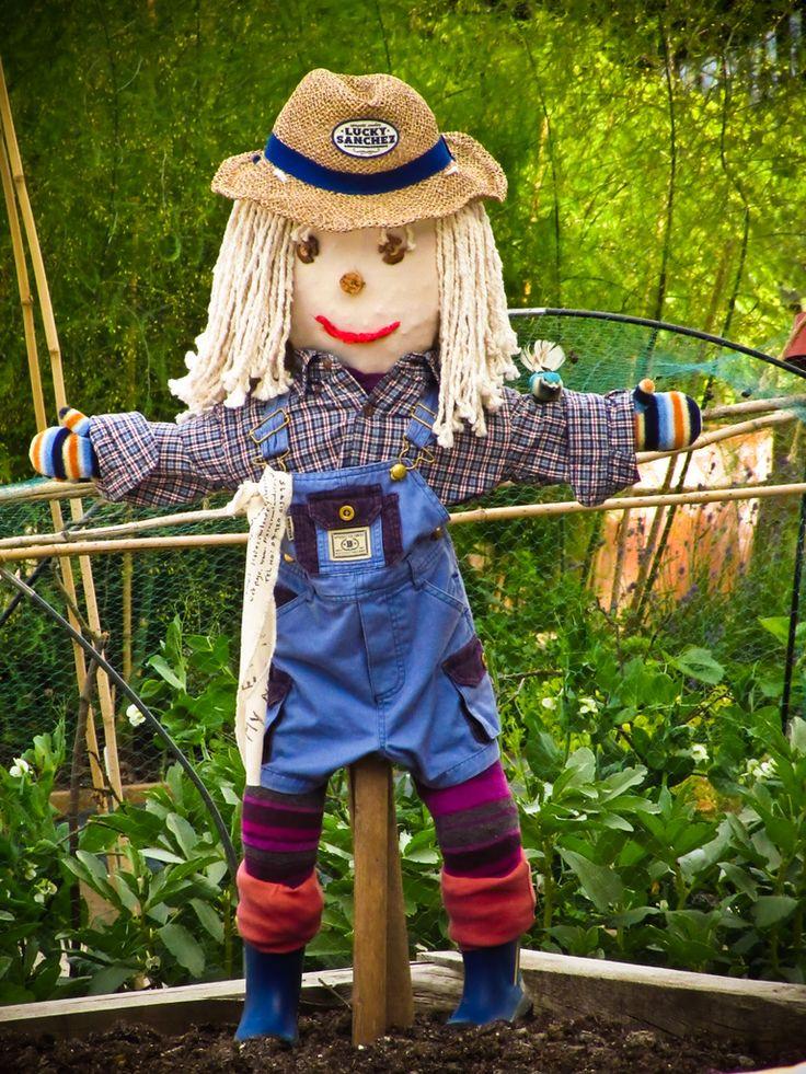 Kids And Scarecrow Gardens: How To Make A Scarecrow For The Garden