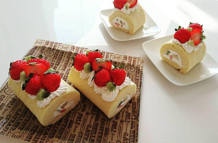 #フルーツロールケーキ  #職場 の仲良しサン2人のお誕生日がもうすぐと言うことで#プレゼント     いちごキュウイフルーツバナナを巻き巻きしていちごもりもりのせて 今日は#生クリーム に#練乳 まぜてやっぱこのクリームが好き   2人とも喜んでくれてヨカッター    お皿のはちゃっかり我が家用にいただきます    #手作りお菓子 #手作りケーキ #手作り #ロールケーキ #いちご #イチゴ  #仲良し #お誕生日 #送り物 #お家カフェ #おやつ #暮らし #instpic #sweets by aikun.kuuchan.m.y