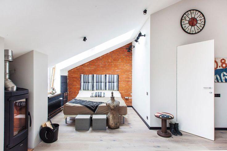 Стены остались практически нетронутыми — в ванной комнате и спальне стены сохранили родной кирпич, а остальные выкрашены в нейтральные белые и серые цвета, кое-где отбитые фактурной штукатуркой. Кирпич обработан защитным составом, стены окрашены английской краской Manders