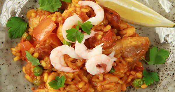 Paella med massor av gottigheter så som räkor, musslor,     kyckling, paprika och chorizo. Och så saffran, så klart!