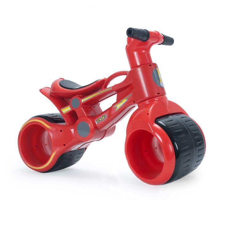 A la fois porteur et moto, ce premier véhicule est idéal pour les plus petits. Ses roues équipées de roulements à billes le rendent très maniable. Leur largeur lui donne une stabilité rassurante. Il permet à l'enfant d'expérimenter de nouvelles sensations très facilement et de développer son équilibre. Une poignée pratique est intégrée pour faciliter le transport quand l'enfant est fatigué.
