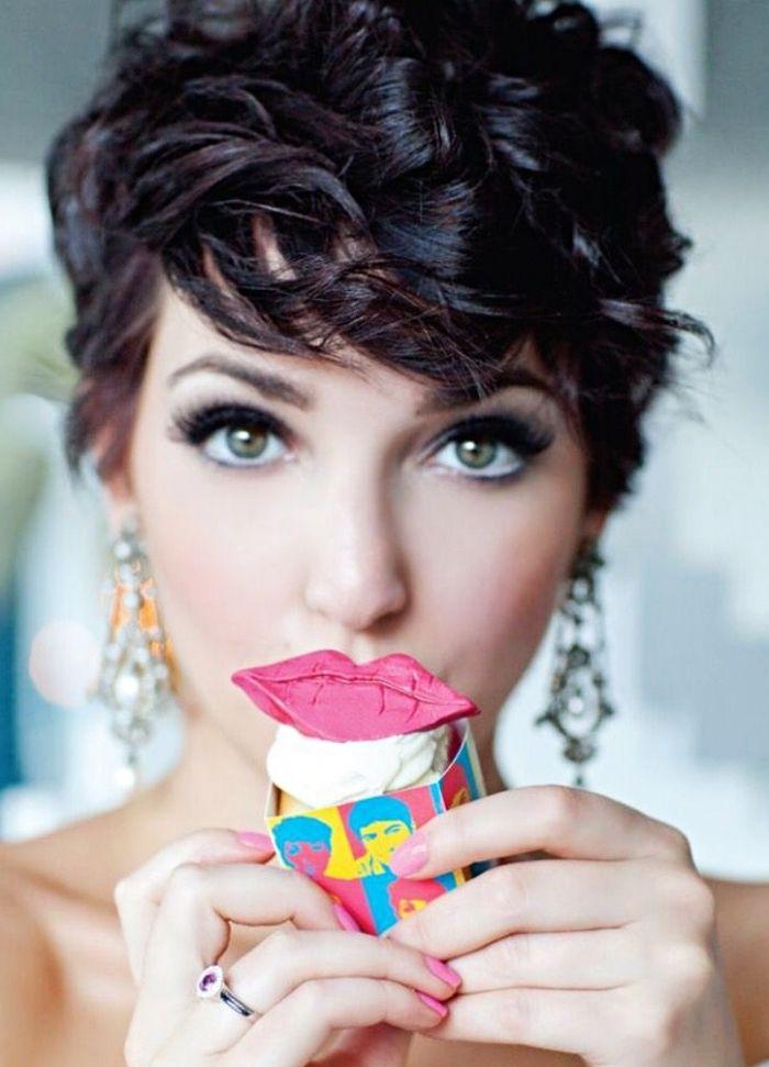 coupe boule pour femme, coiffure sur des cheveux courts et bouclés, modèle  de boucles