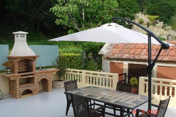 Casa Rural Pracins, en Nigrán, Pontevedra. En el exterior terraza con asador y amplias zonas ajardinadas.