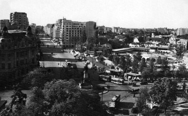 Bulevardul Nicolae Bălcescu în anii '40, în dreapta putem observa Circul Krateyl(ulterior Circul de Stat) care se afla pe locul actualului Teatru Național.