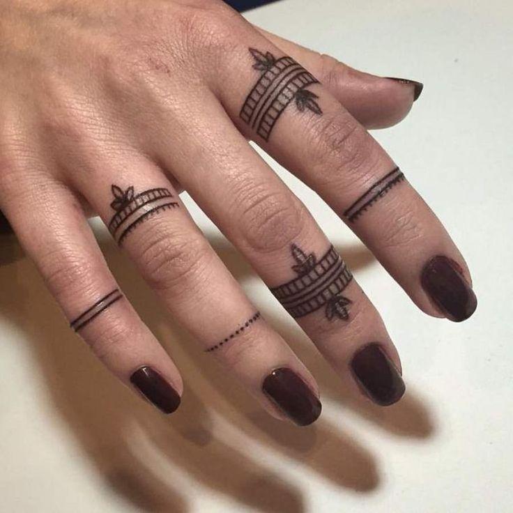 Les 25 meilleures id es de la cat gorie tatouages des - Tatouage doigt femme ...