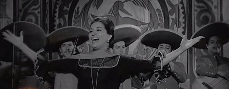 Lola Beltrán cantando con mariachi.