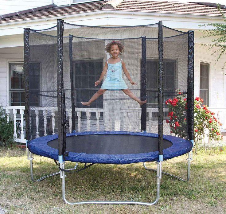 Vliegend plezier in de tuin! Met deze fantastische trampoline kunnen kinderen hun lichaamsbeheersing en evenwichtsgevoel trainen - ze leren zo heel nieuwe bewegingen kennen. De angst om te vallen raken ze snel kwijt, want het 180 cm hoge net houdt ze veilig op het 65 cm hoge toestel. De stevige veren voor het vasthouden van een springzeil zijn onder een dekkleed verborgen, zodat geen ledematen erin kunnen glijden. Sportief actief en met veel plezier in de open lucht zijn kinderen veel…