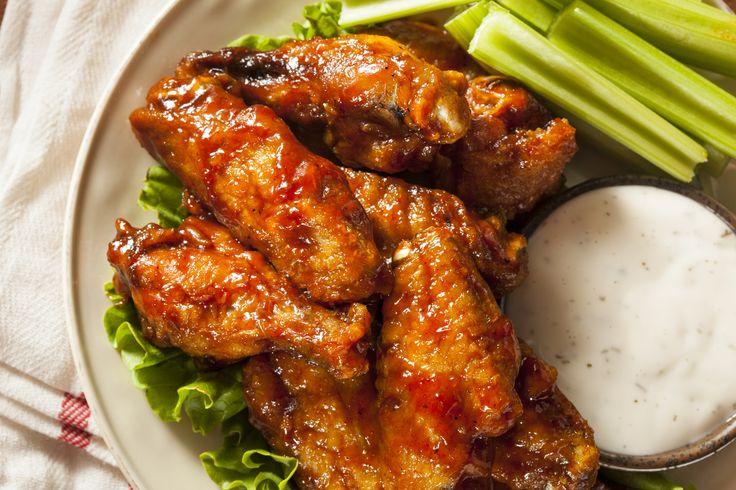 Estas alitas de pollo se convertirán en las preferidas de tus amigos en fiestas y reuniones. Prepáralas con las siguientes recetas, ¡tú eliges su nivel de picor!