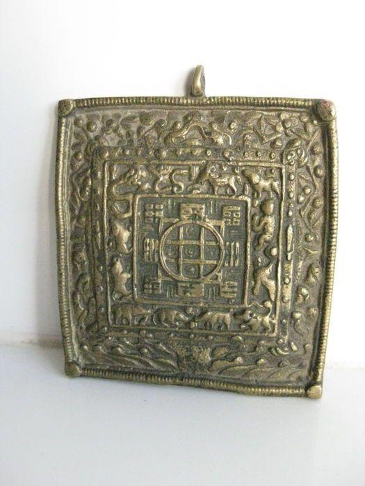 Grote bronzen amulet hanger met bhoedistische kalender - Tibet / Nepal - tweede helft 20e eeuw