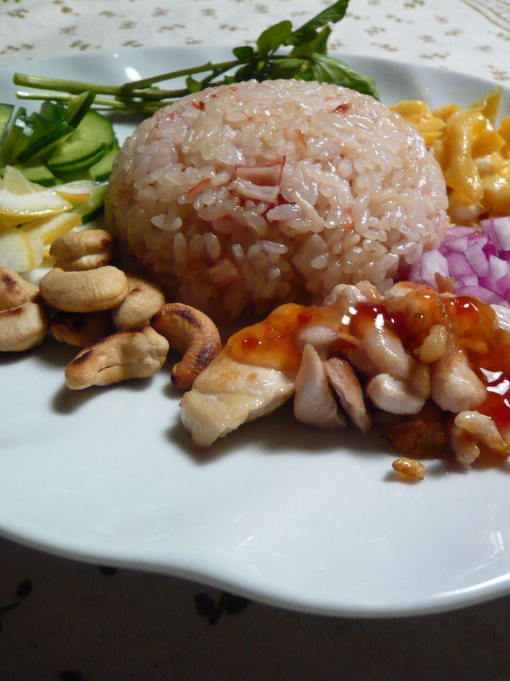 お家でタイ料理*梅とナンプラーの炒飯   意外な組み合わせですが、これが美味しい~! お好きな物をトッピングして…  もちろん炒飯だけでもOK!