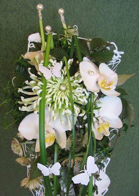Långsmal brudbukett som ses med flera bilder på bloggen. Limnät, chrysanthemum Anastasia, phalaenopsis... http://holmsundsblommor.blogspot.se/2008/08/vit-brudbukett-p-limnt.html