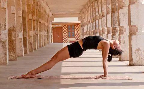 Пурвоттанасана  Показания: Проблемы пищеварения, боли в спине.  Противопоказания: Травмы шеи и позвоночника, травмы запястий.  Техника выполнения: Сядьте на пол, ноги вытяните прямо перед собой. Положите ладони на пол у таза, направив пальцы в сторону стоп. Согните колени и поместите подошвы и пятки на пол. Перенесите вес тела на ладони и стопы, выдохните и поднимите тело от пола. Выпрямите руки и ноги, напрягая локтевые и коленные суставы. Руки от запястий до плеч должны быть…