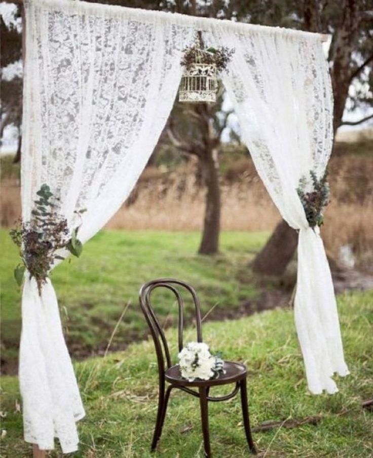 autel de mariage romantique - voiles en dentelle blanche, cage vintage et arrangements floraux