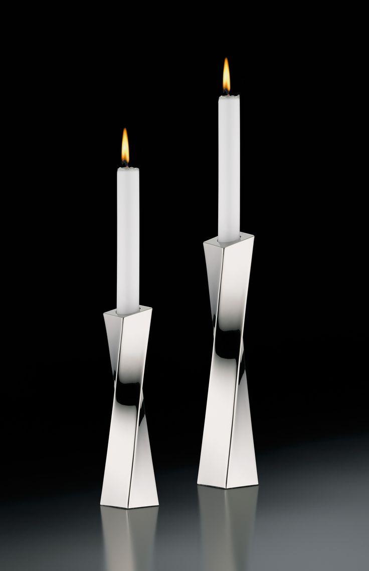 Elegancki świecznik z serii Scala niemieckiej marki Auerhahn. Produkt został wykonany z wysokiej jakości matowej stali nierdzewnej. Asymetryczny kształt świecznika świadczy o jego nowoczesności. Świecznik doskonale komponuje się zarówno w nowoczesnych jak i klasycznych wnętrzach.