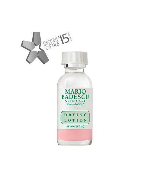 (Alle hudtyper) Mario Badescu Drying Lotion er en hurtigvirkende, effektiv acne behandling. Indeholder salicylsyre og calamin der begge er kendt for at virke udtørrende. Drying Lotion fjerner talgknopper og små bumser, mens du sover. Mens andre acne spot behandlinger kan irritere og udtørre sart og følsom hud, er dette produkt godkendt til sensitive hudtyper og virker effektivt ved alle hudtyper. Efter mange års tests på os selv og vores kunder tør vi godt sige, at er bumsen ikke væk eller…