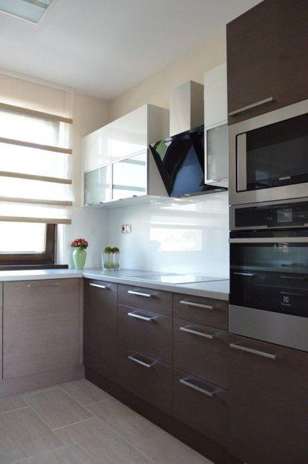 Woodline mock modern konyhabútor, üveghátlappal, rejtett LED világítással, BLUM Aventos HF felnyíló vasalattal