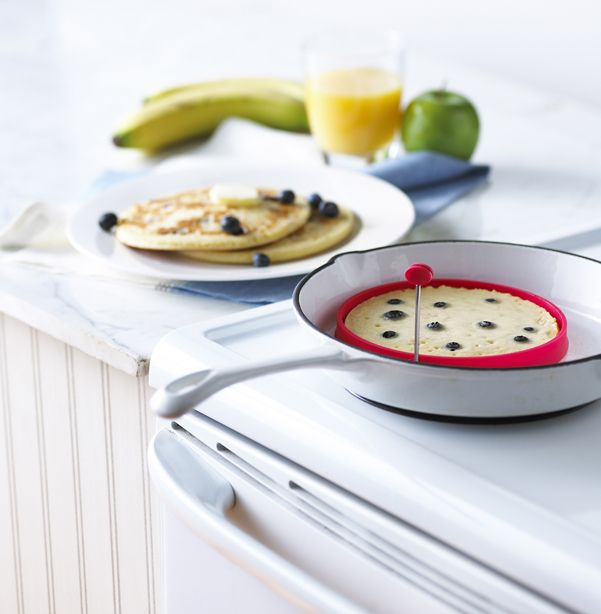 http://www.thekitchenette.fr/ustensiles-de-cuisine-m/Cercle-de-cuisson/Cercle-de-cuisson/452 Cercle de cuisson à pancake ! En silicone, il n'attache pas la poêle et donne de la forme à vos #pancake #trudeau #cercle #cuisson