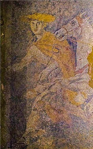 Μπροστά από το άρμα απεικονίζεται ο θεός Ερμής ως ψυχοπομπός, ο οποίος φορά πέτασο, μανδύα, φτερωτά σανδάλια και κρατά κηρύκειο