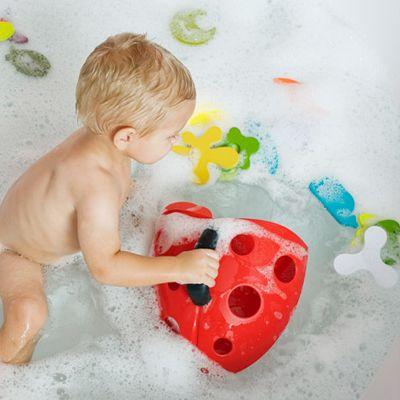#Bañarse nunca había sido tan #divertido!   Esta mariquita sirve para recoger, secar y almacenar los utensilios y juguetes de baño de tu bebé El Bug Pod ayuda a la limpieza del baño, al proporcionar una pala con drenaje para recoger y secar los juguetes y una base montada en la pared para almacenar los productos de baño. En www.wombox.co Juguetes: Bug Pod #bebe #mama #embarazo #maternidad #juguete #baño