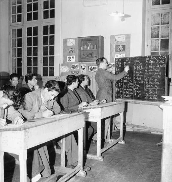 1950 - Cours du soir pour travailleurs nord-africains  - Paul Almasy - © Musée national de l'histoire et des cultures de l'immigration