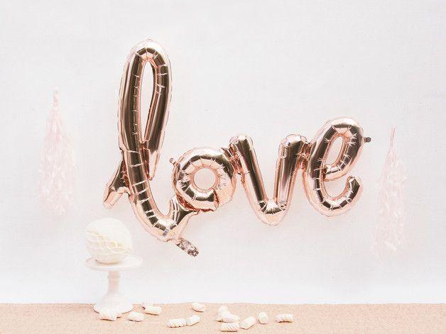 #luftballon #love - Love Folienluftballon für Hochzeit - 10 Hochzeitsdekorationen mit großem Wow-Faktor für wenig Geld | Hochzeitsblog - The Little Wedding Corner