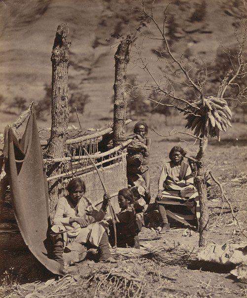 Семья Навахо, недалеко от старого форта, Нью-Мексико (ныне штат Аризона), 1873 год.