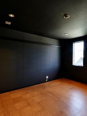 内壁にグラスウールや吸音シートを施し 床にも同シートとコルク材を