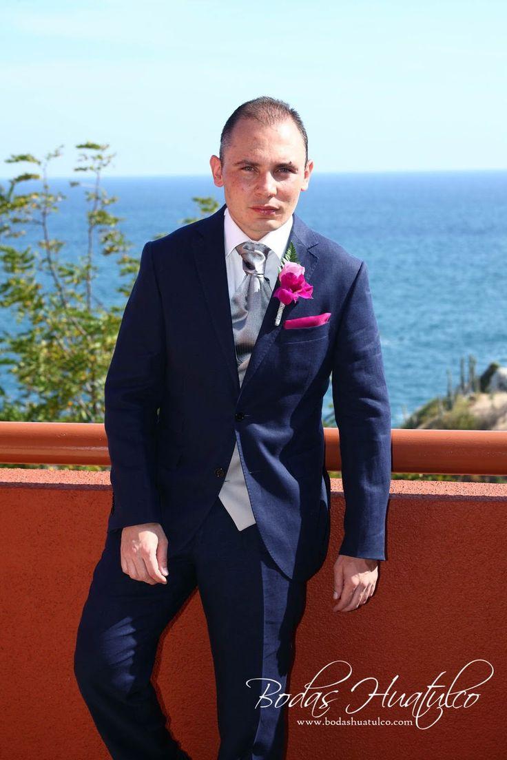 Traje de novio en color azul marino, boda en playa.