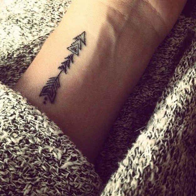 Uma flecha geométrica: | 65 ideias absolutamente inspiradoras para tatuagens de punho