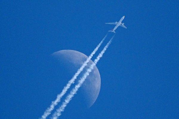 的中 残月と飛行機雲