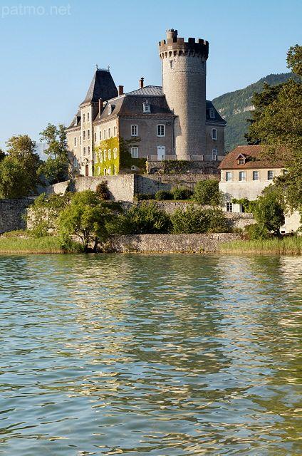 Château de Duingt sur le lac d'Annecy (France) - phot. Patrick Morand. Haute-Savoie. A découvrir avec les @GuidesGPPS http://www.gpps.fr/Guides-du-Patrimoine-des-Pays-de-Savoie/Pages/Site/Visites-en-Savoie-Mont-Blanc/Genevois/Autour-du-lac-d-Annecy/Duingt-et-Entrevernes