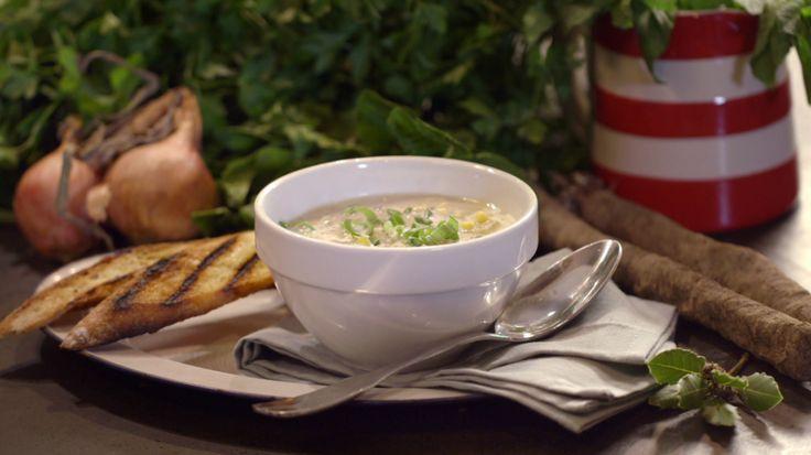 Het hoofdgerecht chowder van schorseneren komt uit het programma Koken met van Boven. Lees hier het hele recept en maak zelf heerlijke chowder van schorseneren.