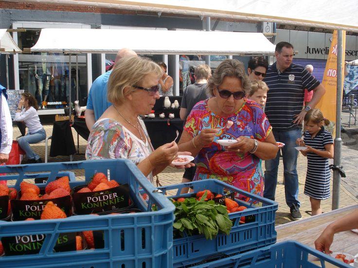 Polderproducten proeven op het Proef de Polder Plein. Buiten activiteit in Emmeloord tijdens Uit-jeTent in Noordoostpolder