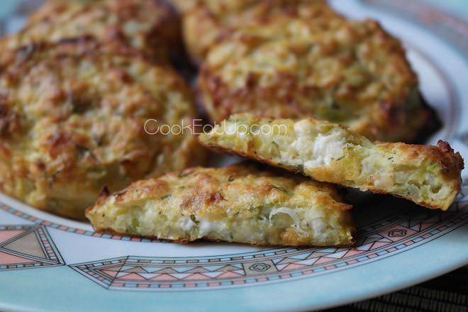 Κολοκυθοκεφτέδες αλλά σε μια πολύ ελαφριά εκδοχή τους. Ψήστε τους στο φούρνο, μοσχοβολάνε από τα ανοιξιάτικα μυρωδικά και ξετρελαίνουν με το λιωμένο τυράκι! Τι θα χρειαστούμε… 1 κολοκυθάκι 1 βρασμένη πατάτα 2 φρέσκα κρεμμυδάκια 1/2 φλ. ψιλοκομμένο άνηθο 1 αυγό 150 γρ. ανθότυρο Φρεσκοτριμμένο πιπέρι Πώς θα τις φτιάξουμε… Σ΄ένα κατσαρολάκι βράζουμε την πατάτα. Τρίβουμε …