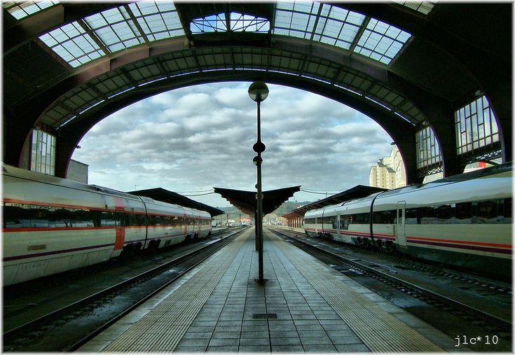 pista puente tren transporte Europa arco estación de tren transporte público estación de metro España simetría Galicia Estacion Tren Galiza Maquinas Acoru Coruña Sobrerailes área metropolitana Tránsito rápido