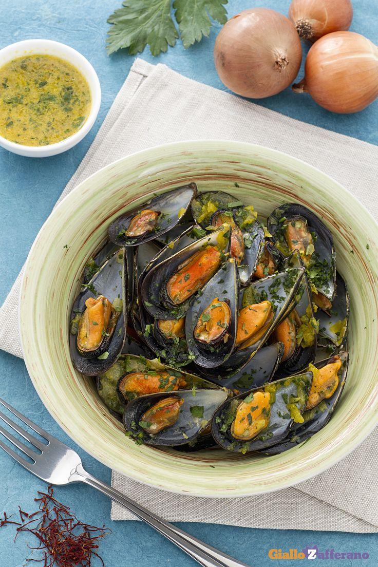 Le #COZZE IN SALSA DI ZAFFERANO (mussels in a saffron sauce) sono un secondo piatto appetitoso e saporito a base del più celebre #mollusco.  #ricetta #GialloZafferano #italianfood #italianrecipe