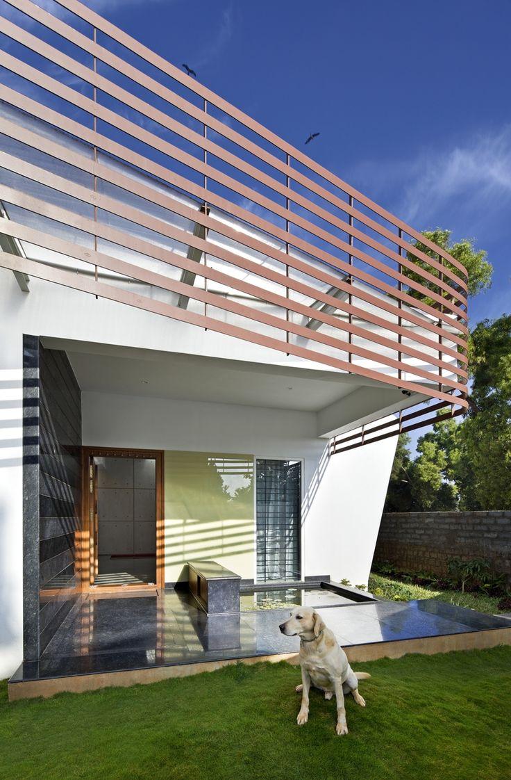 Vodní prvky hrají v tomto domě důležitou roli. Příchozího proto už u vchodu vítá nenápadné leknínové jezírko.