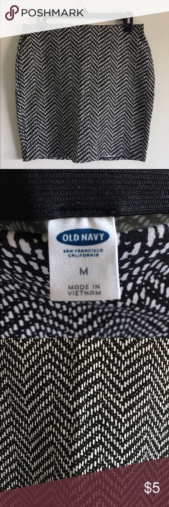 Black and White Chevron Skirt Black and White Chevron Skirt, never worn but no tags. Old Navy, size medium. Form fitting skirt. Old Navy Skirts Pencil