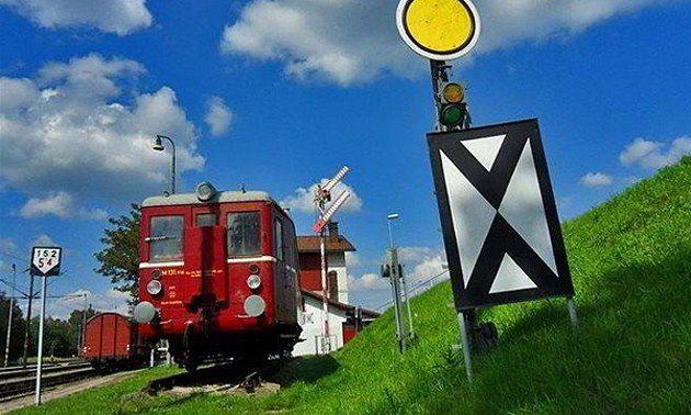 Prázdniny jsou za dveřmi a léto přeje cestám s parními vlaky, protože obří nablýskané lokomotivy s vysokými komíny, funící mračna páry, milujeme všichni, dospělí i děti. Na portálu Kudy z nudy vám poradíme, kde se svezete parními vlaky a vláčky nejenom začátkem léta, ale i během letních prázdnin.