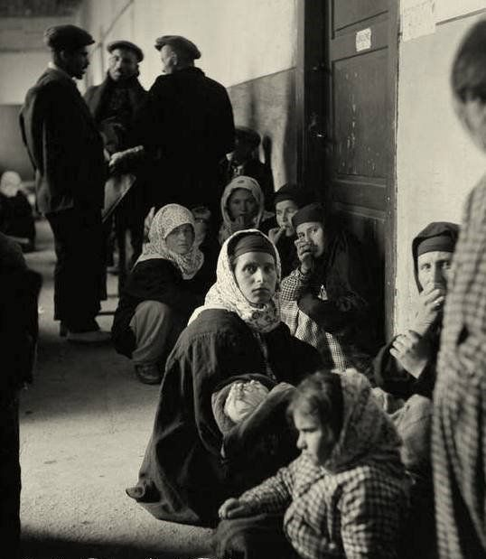 BULGARİSTAN'DAN ZORUNLU GÖÇLE TÜRKİYE'YE GELEN TÜRK MUHACİRLER  AŞI OLMAK ÜZERE BEKLEYEN KADIN VE ÇOCUKLAR) - 1951