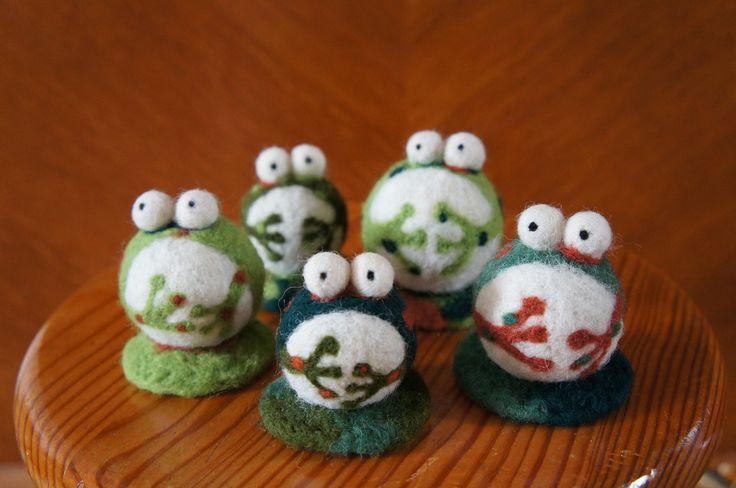 5 grenouilles en laine feutrée à l'aiguille : Chambre d'enfant, de bébé par la-tortue-bleue