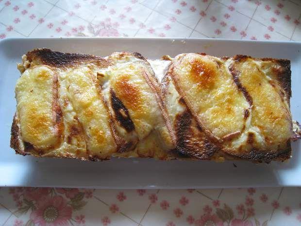 Croque-cake aux parfums de racletteIssu du blogChez Mimi Marie.Les restes de raclette, on jette? Non! On en fait un croque-cake qui va «filer» parfaitement, avec son fromage bien coulant! A tomber.