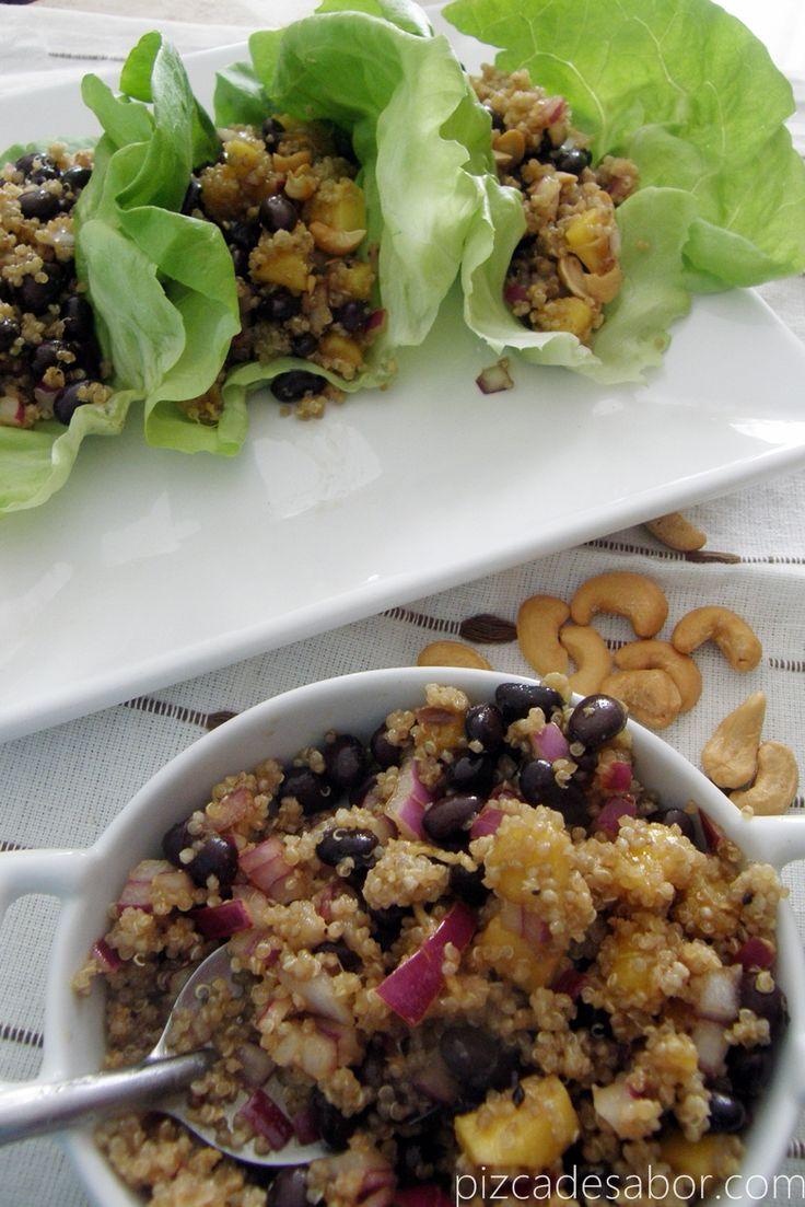 Si quieres una comida saludable, fresca, deliciosa y además fácil entonces esta receta te va a encantar. Son unos tacos de lechuga rellenos de quinoa, frijoles negros y mango con sabores orientales.