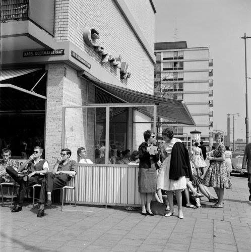 Een ijsje eten bij Capri aan de Karel Doormanstraat. 1955